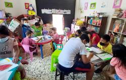 Biblioteca comunitaria enseña y brinda seguridad a niñas y niños en entornos de violencia